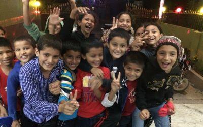 Fröhliche Kinder vor meiner Unterkunft in Waling, Nepal