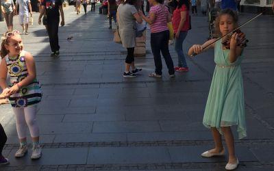 Strassenmusikantin in Belgrad