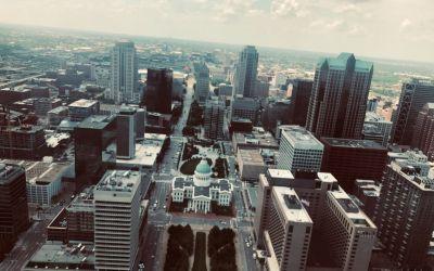 Die Stadt von zuoberst des Bogens