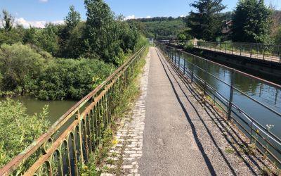 Kanal auf Brücke über Fluss