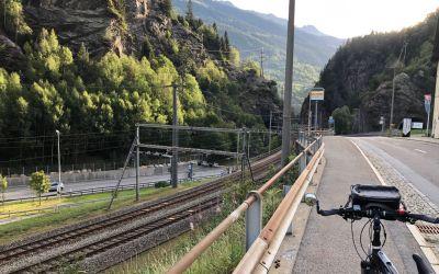 Autobahn, Eisenbahn, KantonsStrasse, alles duch die Schlucht