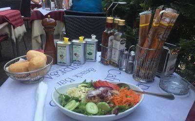 Salat mit viel Öl und Essig in Sresa
