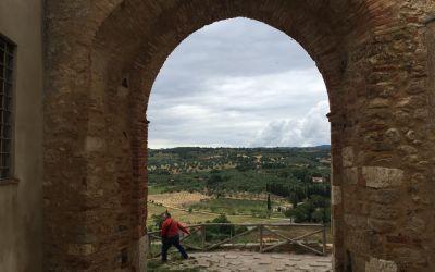 Schöne Toscana durch das Tor von Magliano