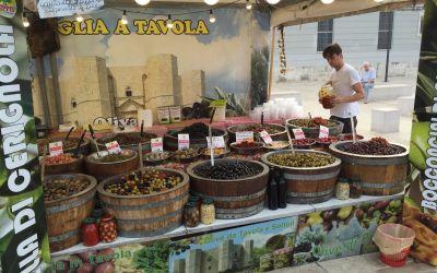 Olivenbäume und Oliven, soweit das Auge reicht