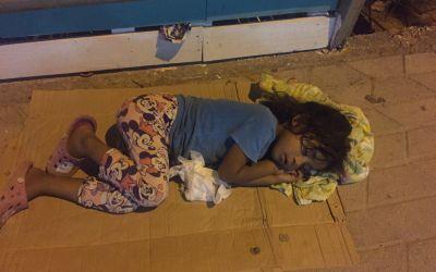 Auf Trottoir von Saranda. Dieses Kind hat nicht nur keine Schlafkabine, sondern nie etwas vom Leben