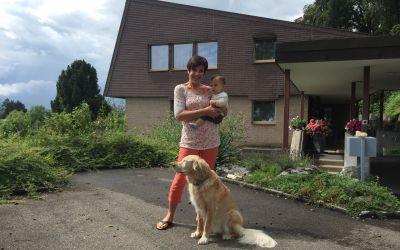 Empfang durch meine Frau Katharina, den jüngsten Enkel und unseren Hund Aisha
