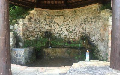 Schöne Brunnen in den Bergen