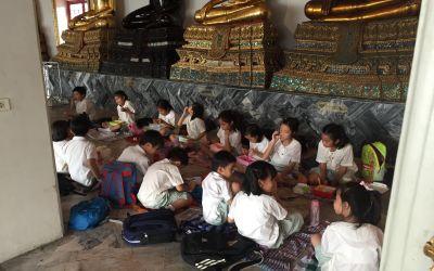 Klosterkinder beim gemeinsamen Essen