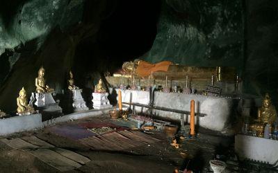 Höhlenaltar in Thailand