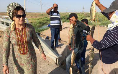 Mein Driver und Madame beim FischKauf am Fluss